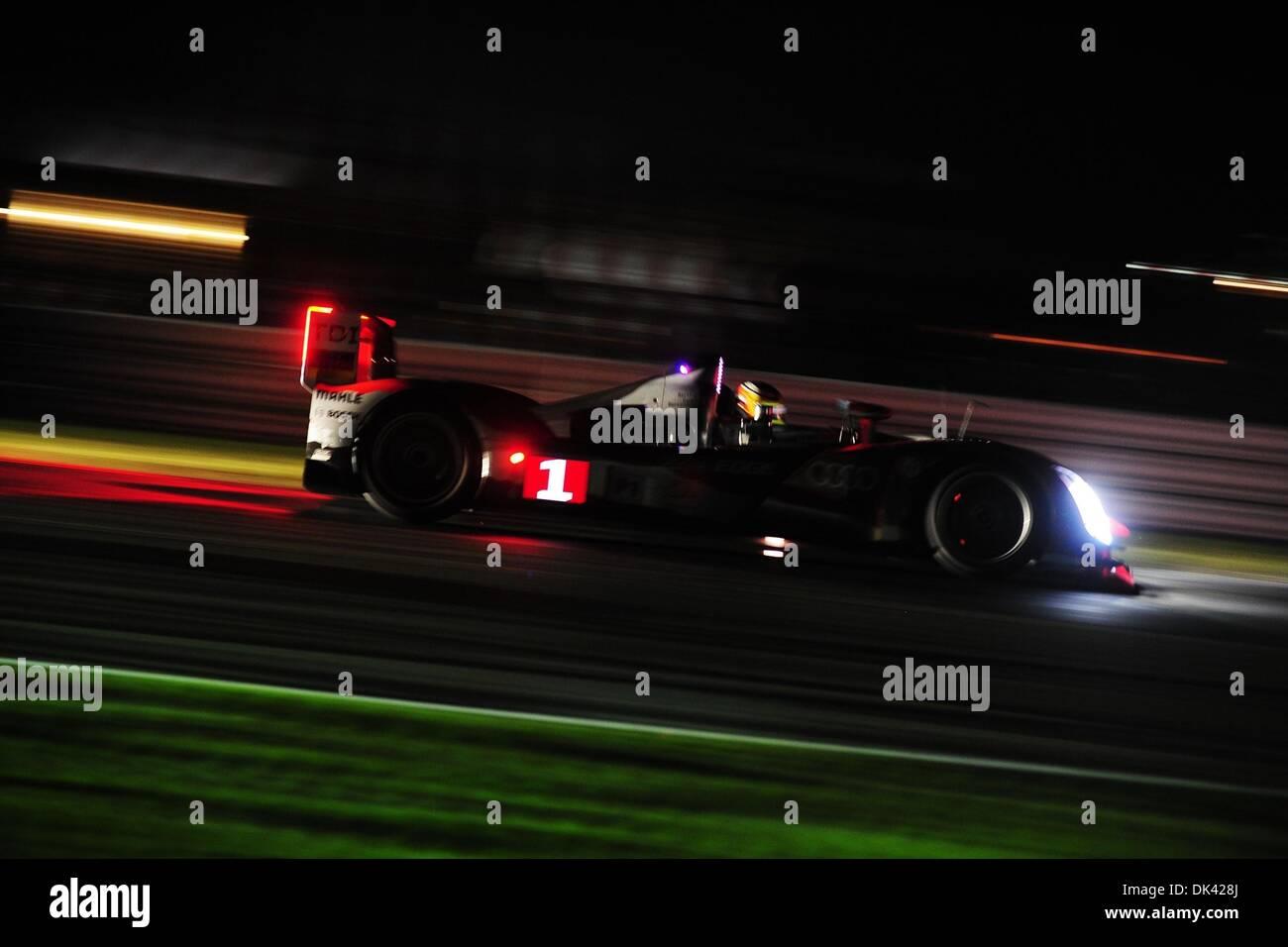 18. März 2011 - treibt Sebring, Florida, USA - Audi Sport-Fahrer MIKE ROCKENFELLER, Deutschland, die R15 Plus während der Nacht Praxis für die 12 Stunden von Sebring... (Kredit-Bild: © Rainier Ehrhardt/ZUMA Press/Rainier Ehrhardt) Stockbild