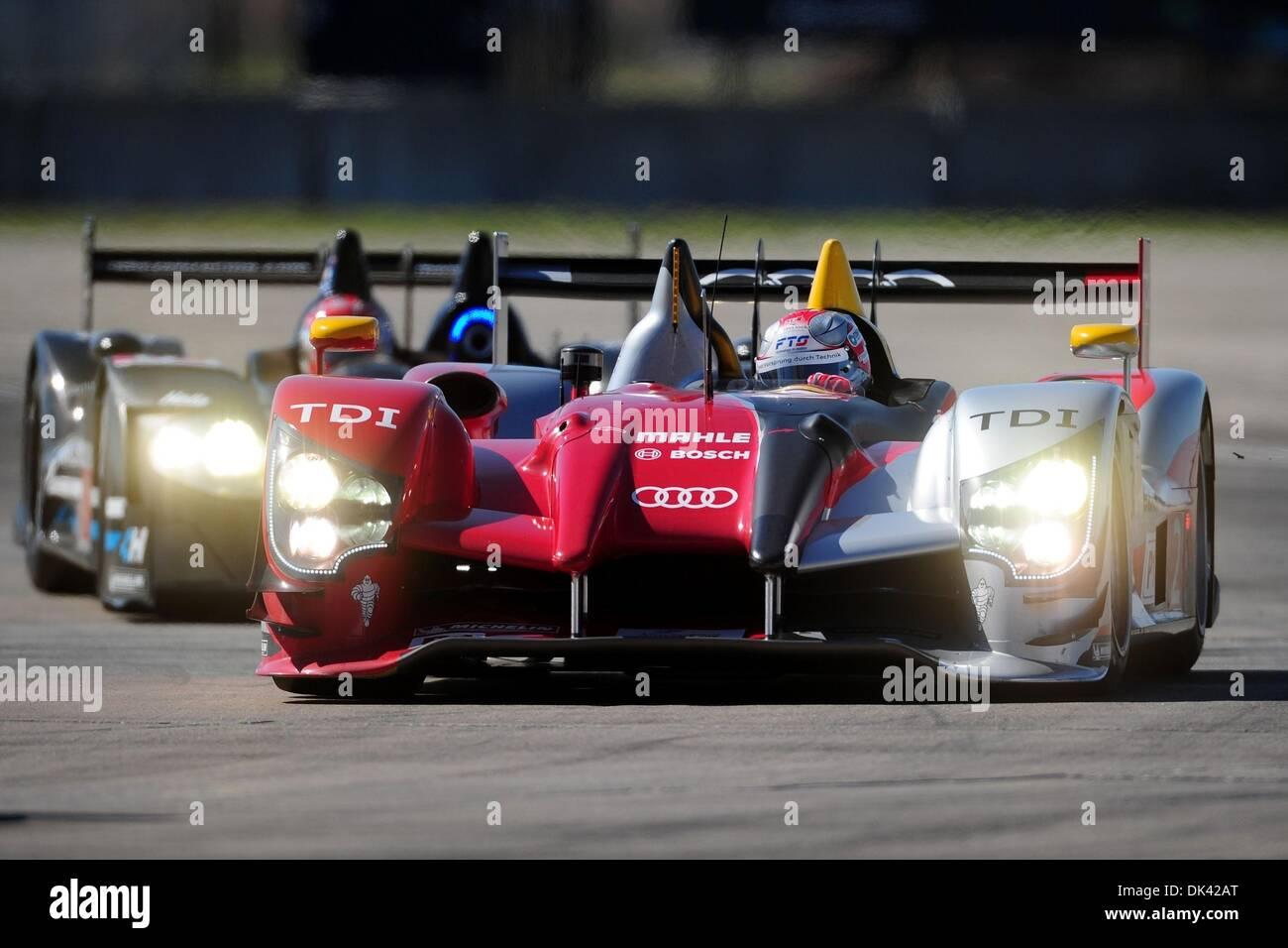18. März 2011 - Laufwerke Sebring, Florida, USA - Audi Sport Fahrer RINALDO CAPELLO, Italiens, der R15 Plus während des Trainings für die 12 Stunden von Sebring. (Kredit-Bild: © Rainier Ehrhardt/ZUMA Press/Rainier Ehrhardt) Stockbild