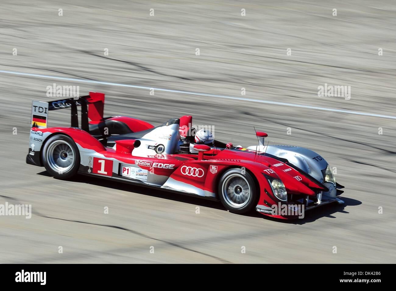 18. März 2011 - treibt Sebring, Florida, USA - Audi Sport Fahrer ROMAIN DUMAS, Frankreich, die R15 Plus während des Trainings für die 12 Stunden von Sebring. (Kredit-Bild: © Rainier Ehrhardt/ZUMA Press/Rainier Ehrhardt) Stockbild