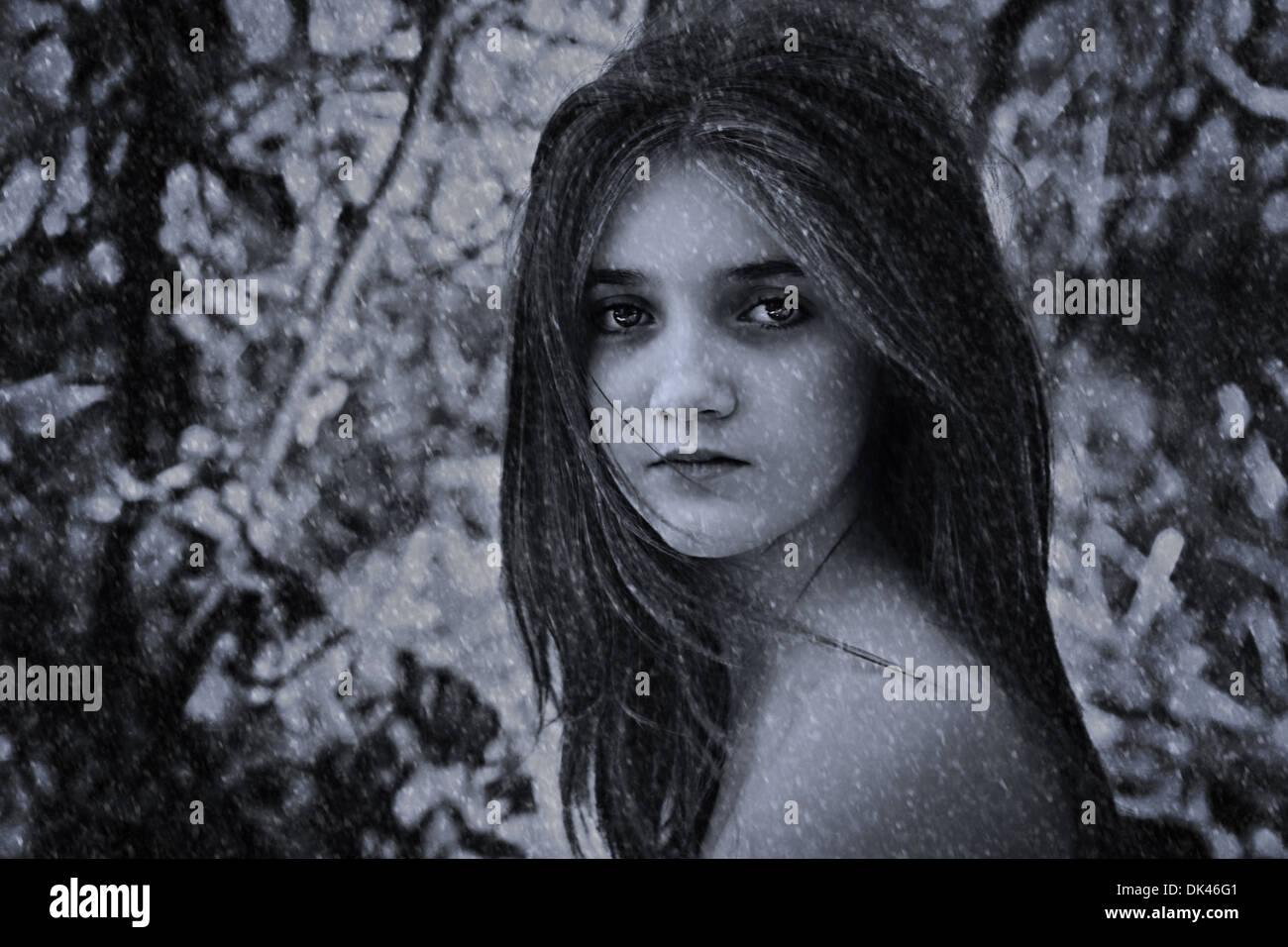 Junges Mädchen im Schnee nackten Schultern Stockbild