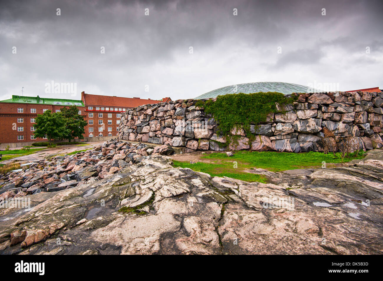Temppeliaukio-Kirche in Helsinki, Finnland. Das Interieur wurde ausgegraben und direkt aus Fels gebaut. Stockbild