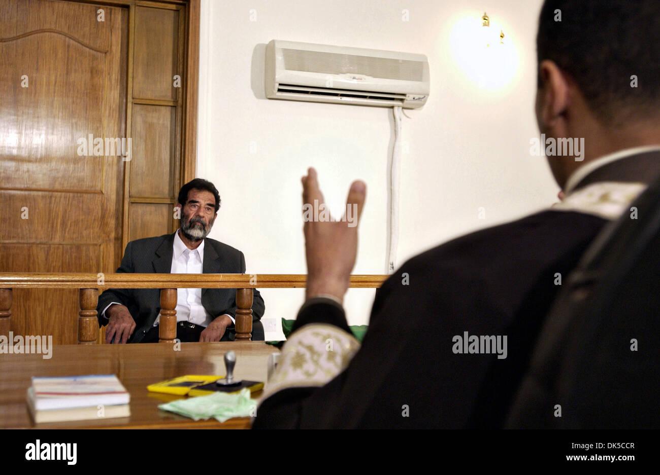 Der ehemalige Präsident des Irak, Saddam Hussein Gesten in seinem ersten Interview durch ein spezielles Tribunal nach Juli 2004 in Bagdad, Irak gefangen genommen. Stockbild