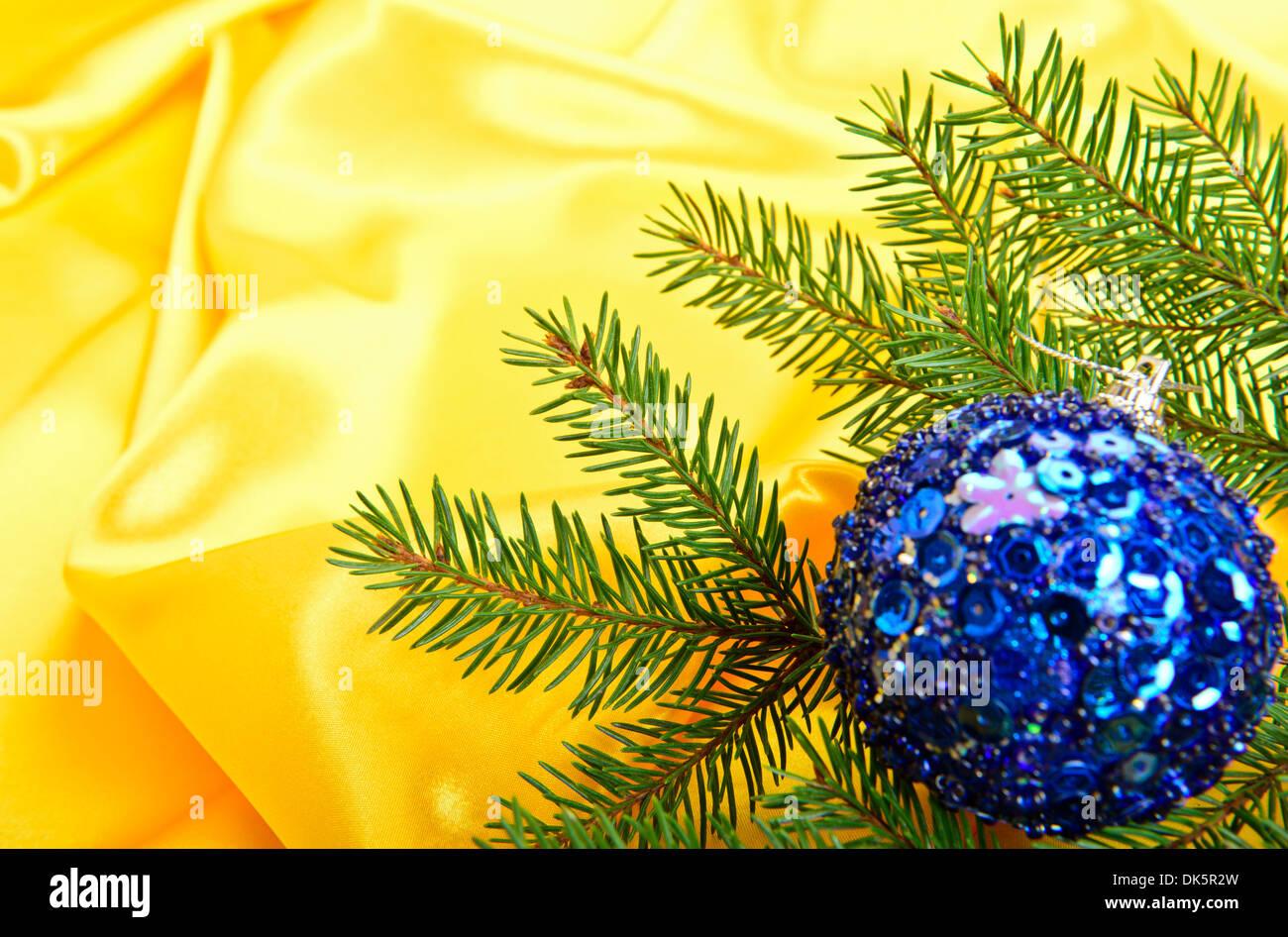 Weihnachtsbaum und Ball auf Goldgrund Seide Stockbild