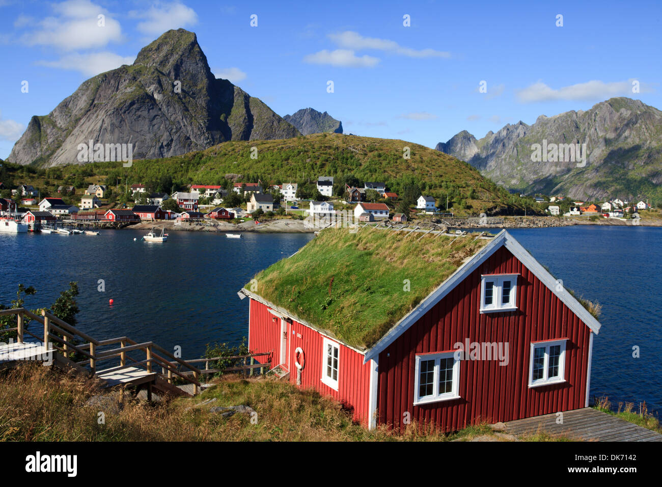 haus mit traditionellen rasen dach in reine lofoten. Black Bedroom Furniture Sets. Home Design Ideas