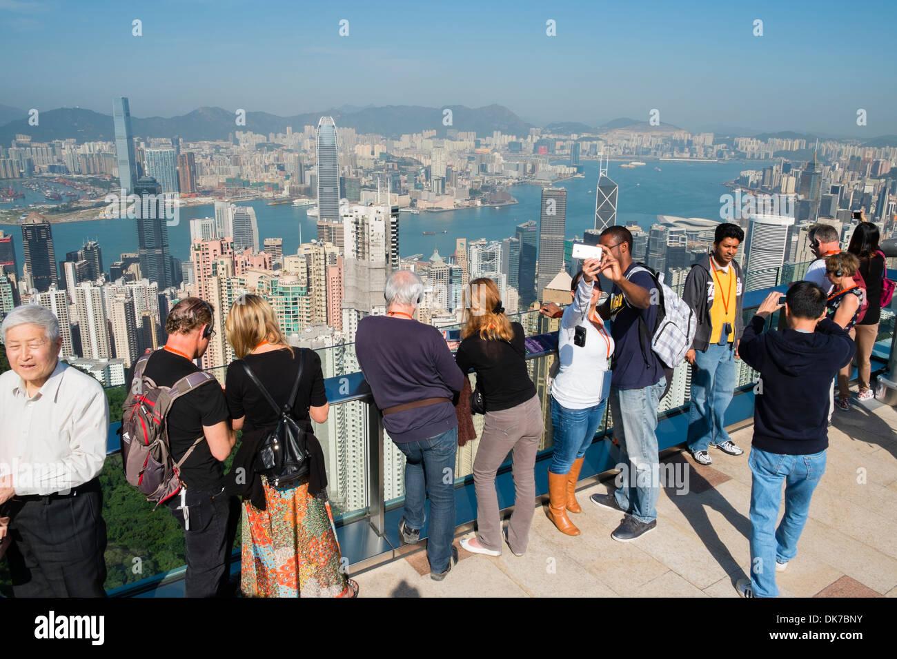Touristen, die Aussicht auf Skyline von Hong Kong aus The Peak Stockbild