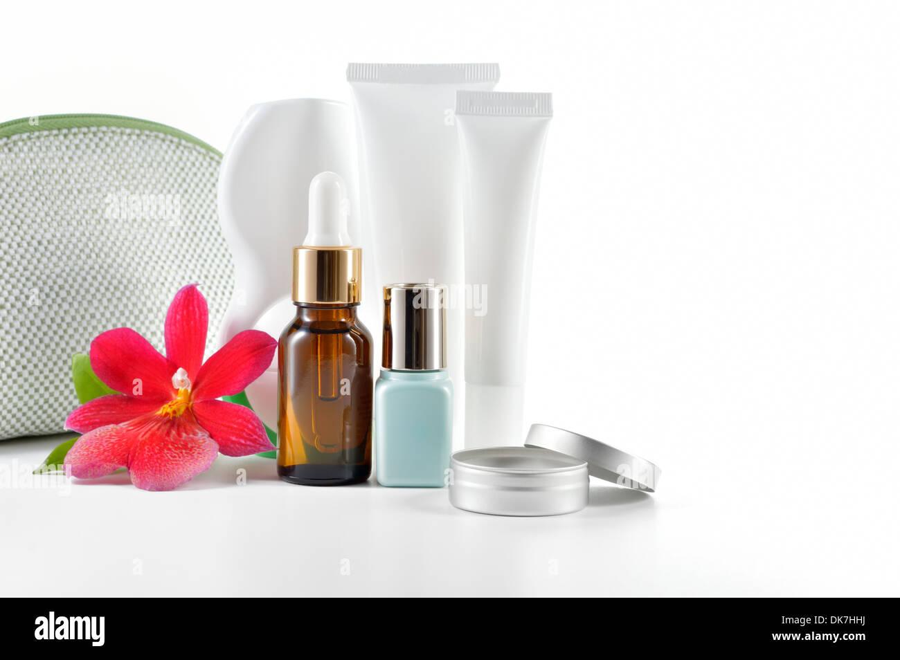 Tägliche, Schönheit Pflege Kosmetik isoliert auf weißem Hintergrund. Gesicht Creme, Augencreme, Serum und Lip Balm. Haut-& Körperpflege. Stockbild