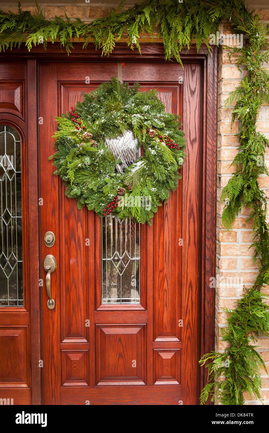 christmas wreath on green door stockfotos christmas wreath on green door bilder alamy. Black Bedroom Furniture Sets. Home Design Ideas