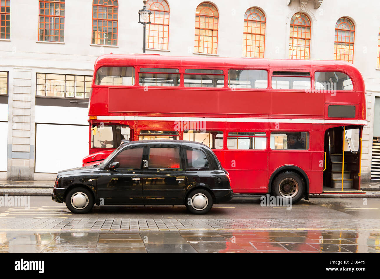 roten oldtimer bus und klassischen stil taxi in london. Black Bedroom Furniture Sets. Home Design Ideas