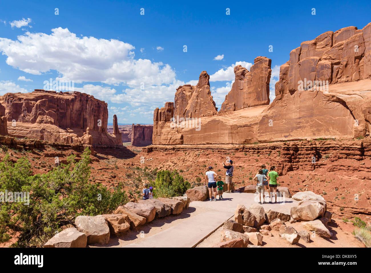 Wanderer auf der Park Avenue Sicht, Arches-Nationalpark, Utah, USA Stockbild