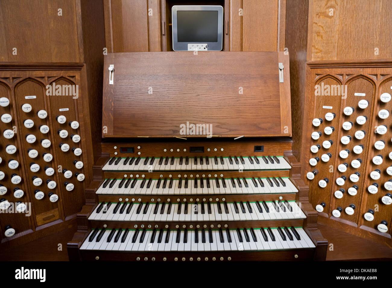 Konsole für die Orgel in der Abteikirche von Bath, Bath, Somerset. Stockbild