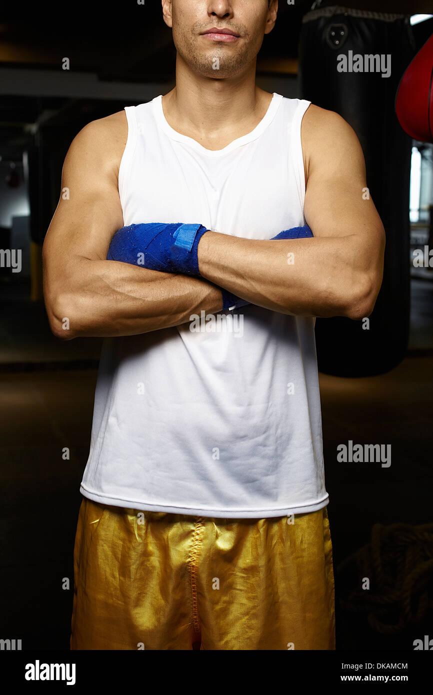 Zugeschnittenes Bild der Kickboxer mit verschränkten Armen Stockbild