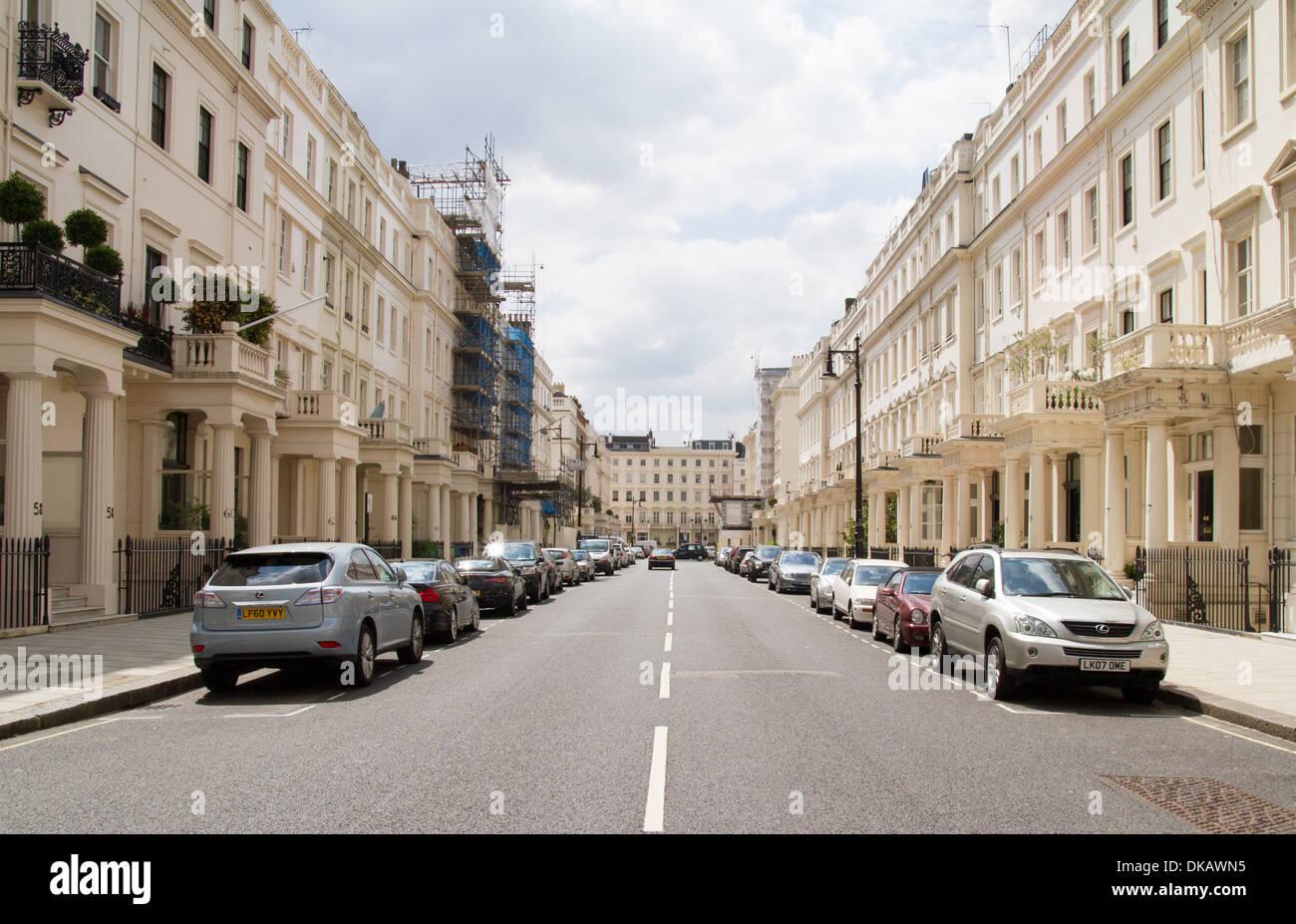 Eine wohlhabende terrassenförmig angelegten Straße in West-London Stockbild