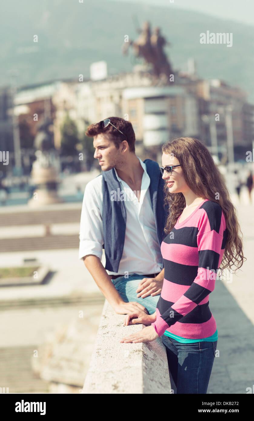 Paar auf Brücke, Skopje, Mazedonien Stockbild