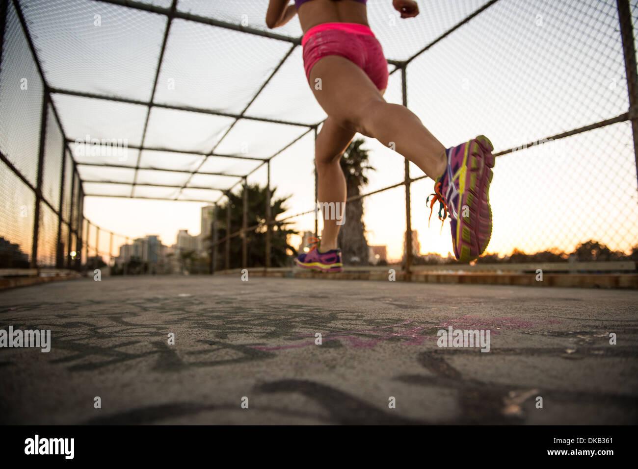 Beine der weiblichen Jogger läuft auf Gehweg Stockbild