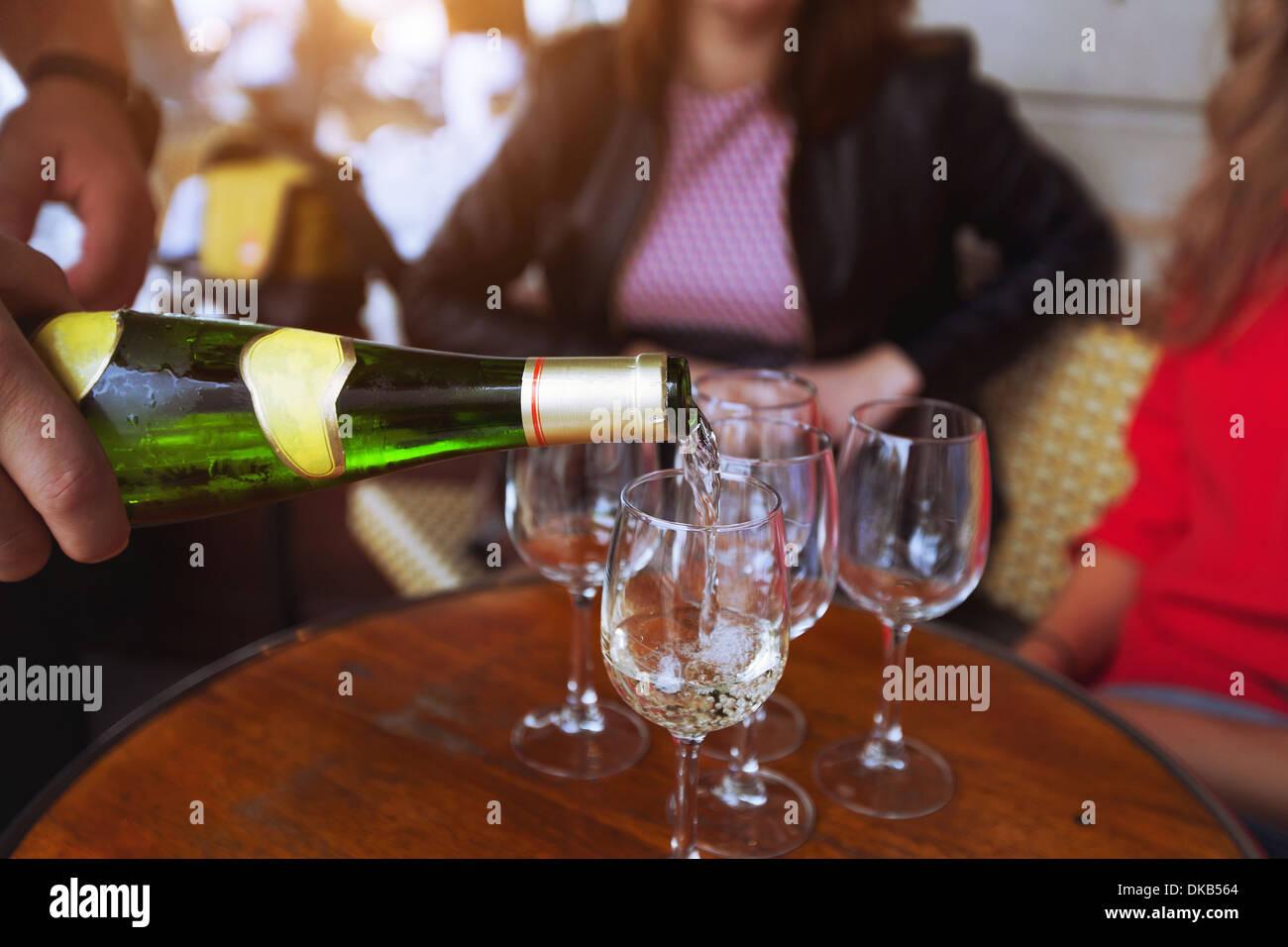 Freunde, trinken Wein im restaurant Stockbild
