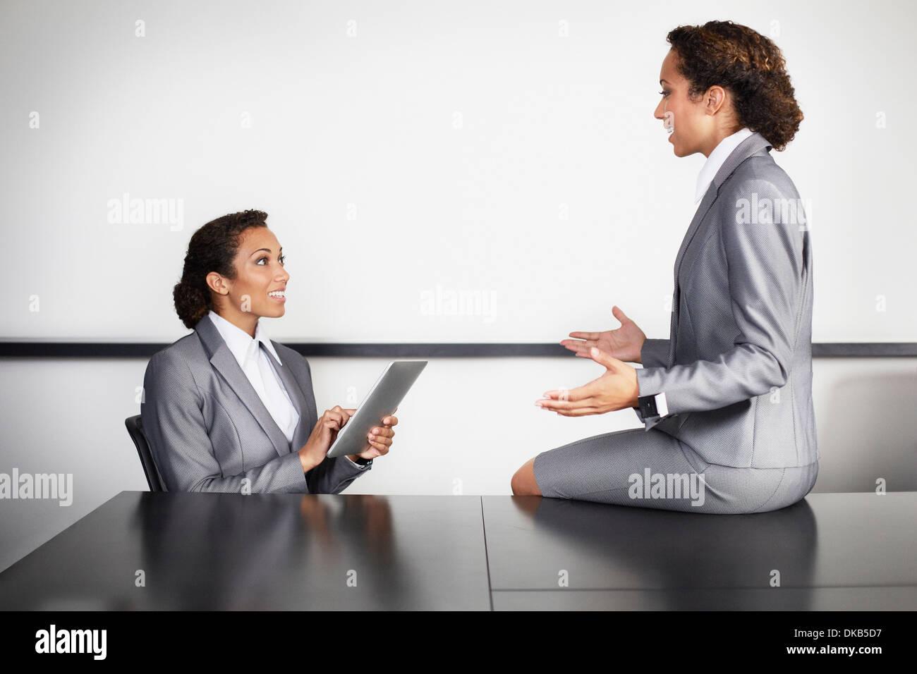 Unternehmerinnen im Büro, mehrere Bild Stockbild