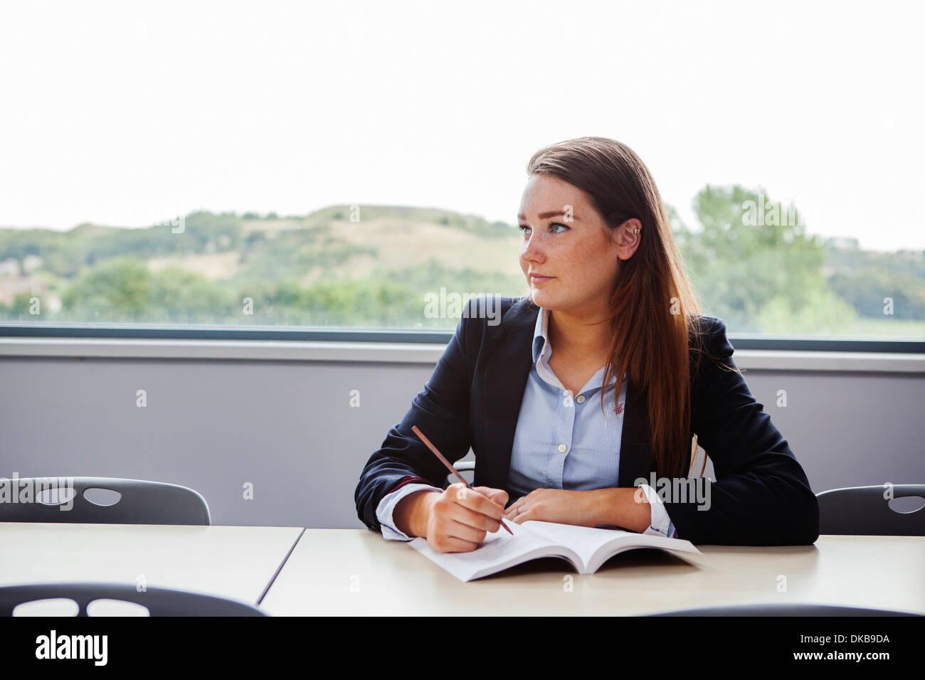 Teenager Schulmädchen sitzen am Schreibtisch schreiben Stockbild
