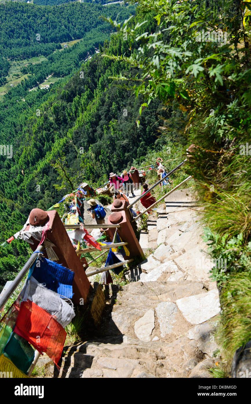 Besucher auf ihrem Weg zu dem Tiger's Nest, 10.180 Fuß hoch, Cliffhanger, buddhistische Pilgerfahrt, sehr heiligen heiligen Ort, paro Bhutan Stockfoto