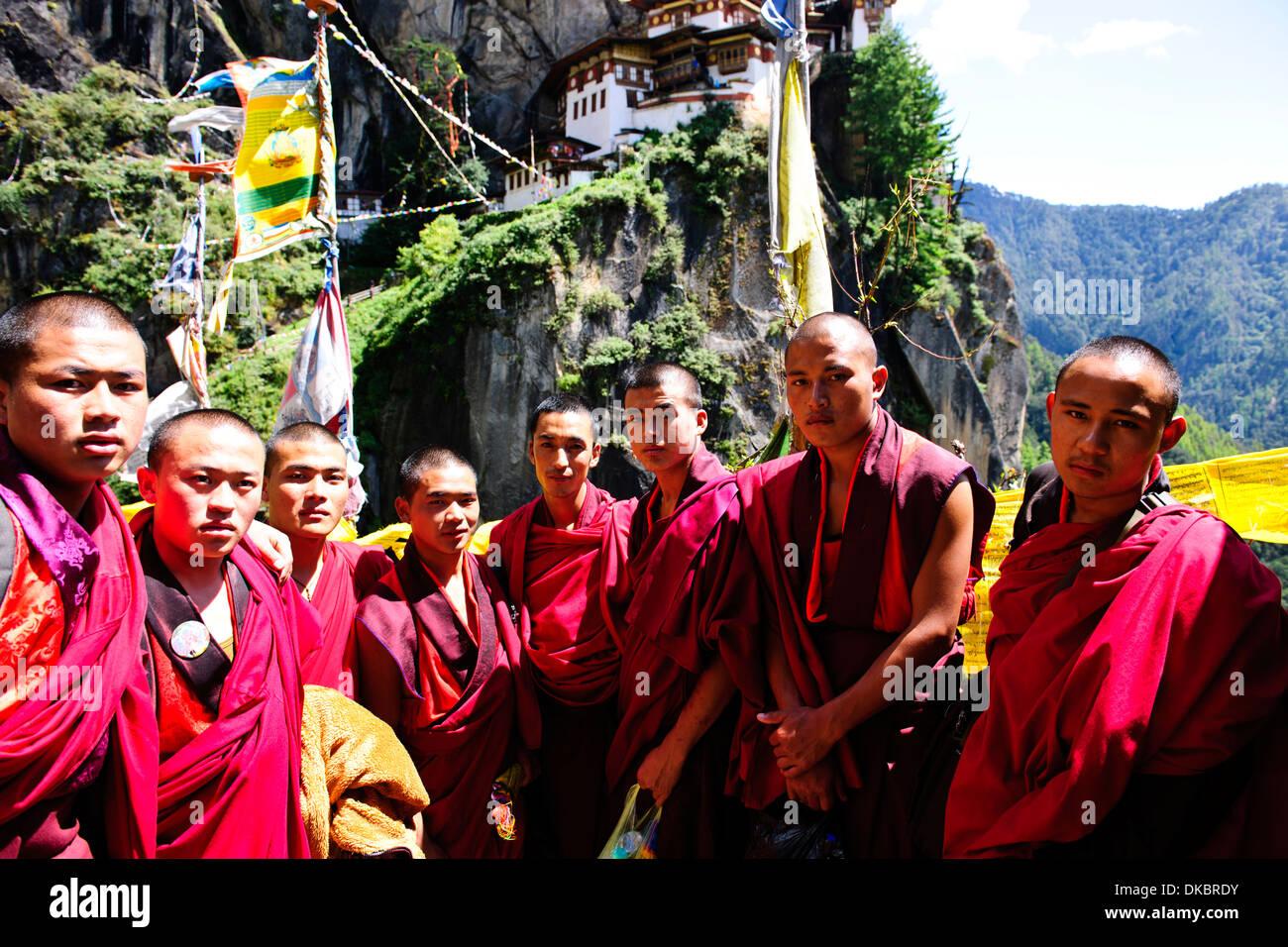 Bhutanesische Mönche Klettern auf dem Tiger's Nest, 10.180 Fuß hoch, Cliffhanger, buddhistische Pilgerfahrt, sehr heiligen heiligen Ort, paro Bhutan Stockfoto