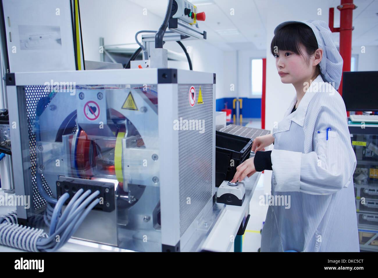 Worker bei kleinen Teilefertigung Fabrik in China Stockbild