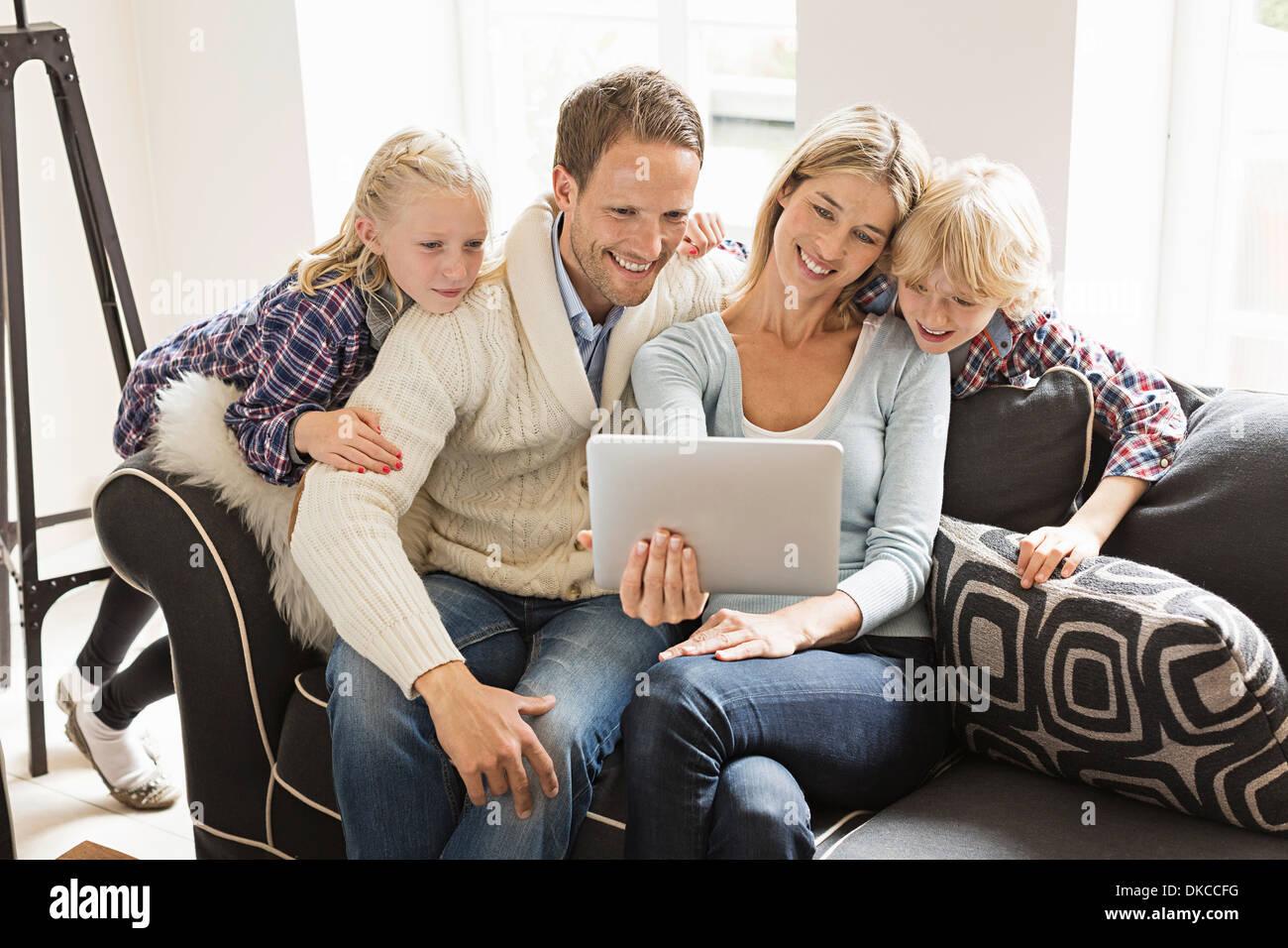 Eltern mit zwei Kindern, die mit digital-Tablette Stockbild