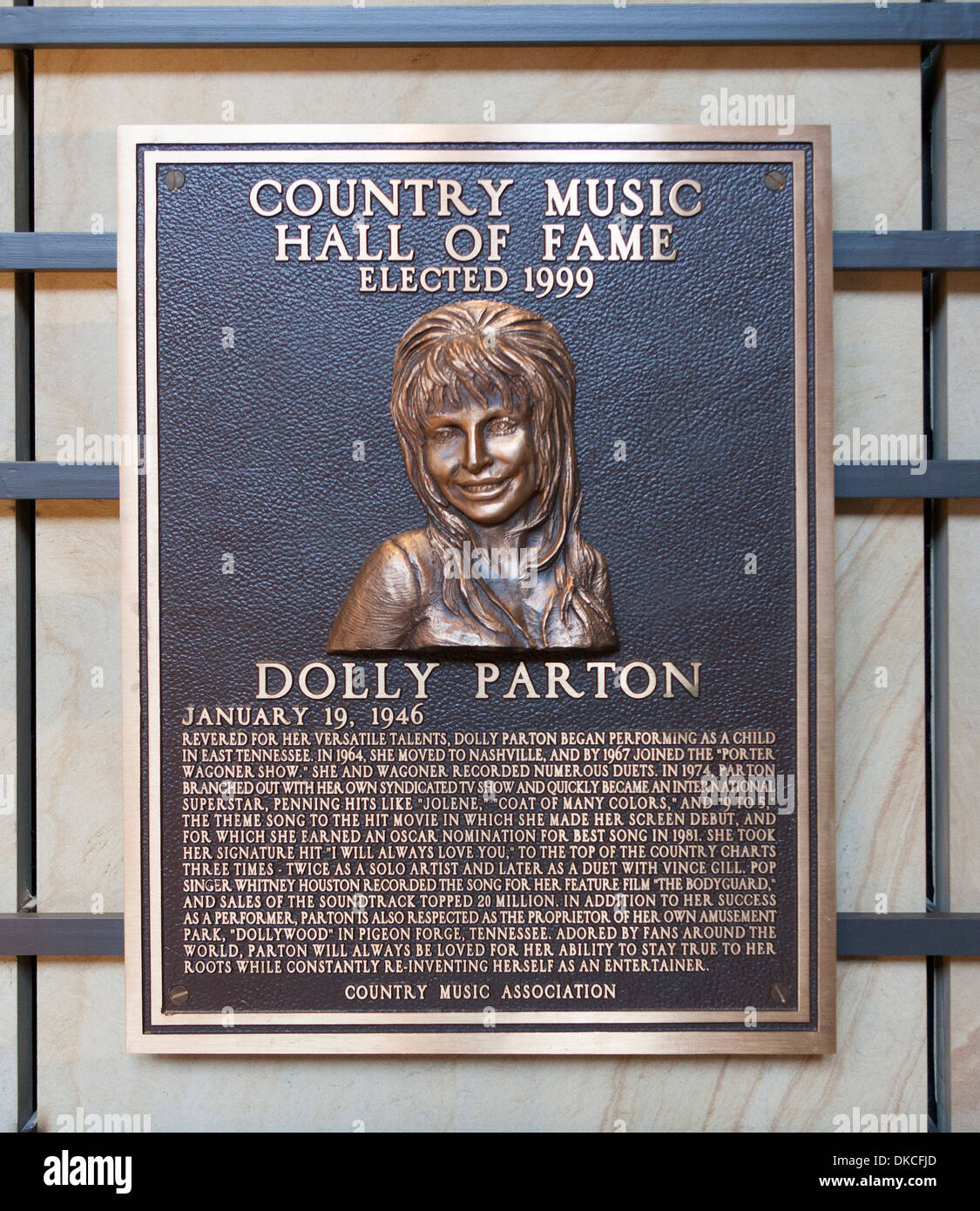 A Bronzetafel von Dolly Parton in die Country Music Hall Of Fame in Nashville, TN, USA Stockbild