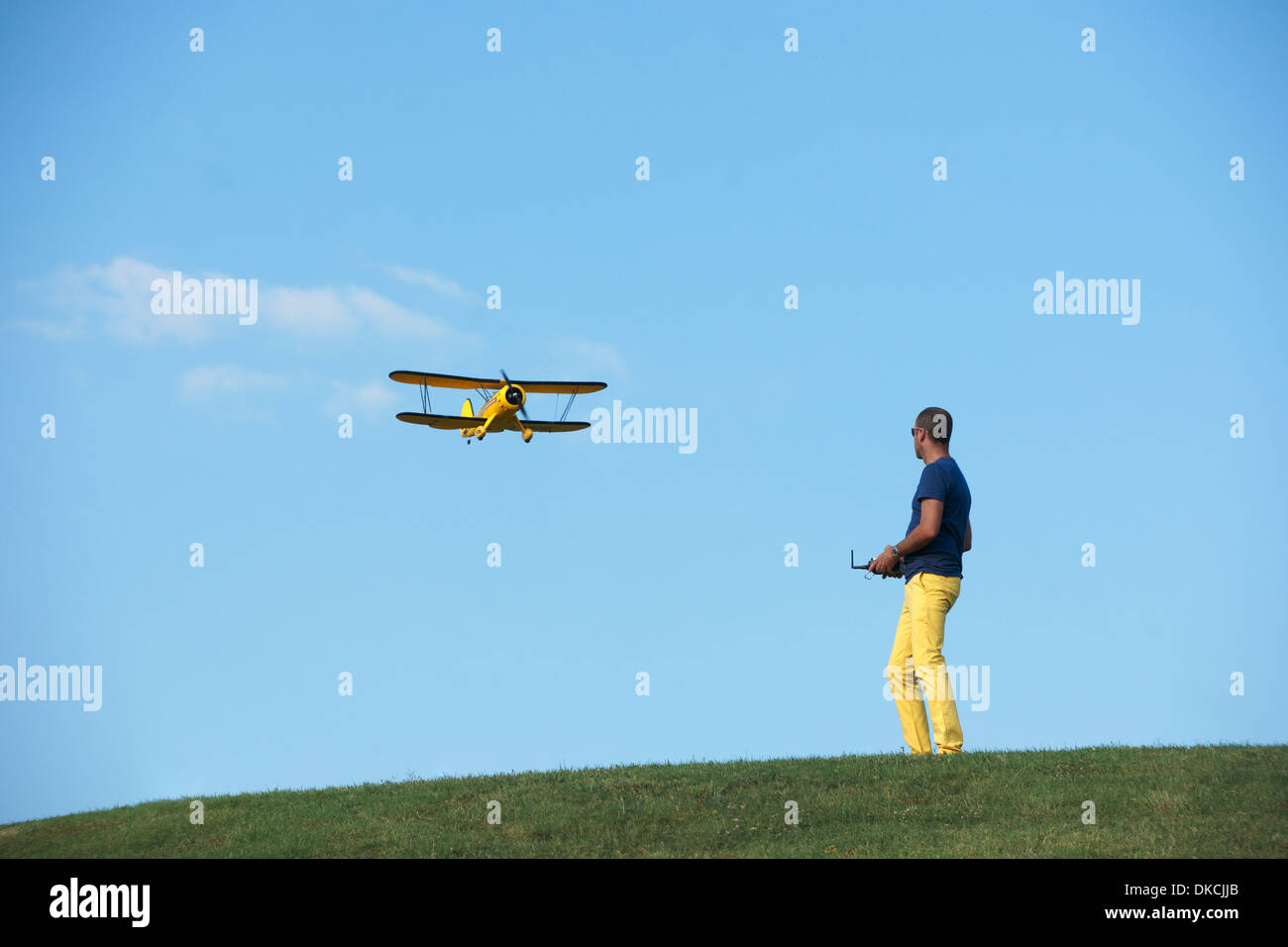 Mann fliegendes Modellflugzeug Stockbild