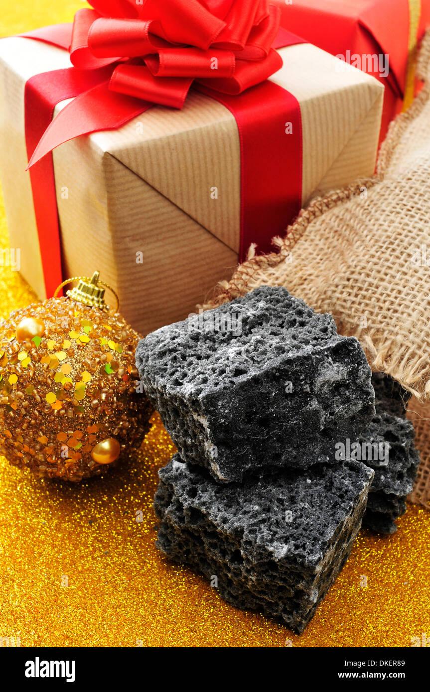 einige Klumpen von Süßigkeiten Kohle und einige Weihnachtsschmuck ...