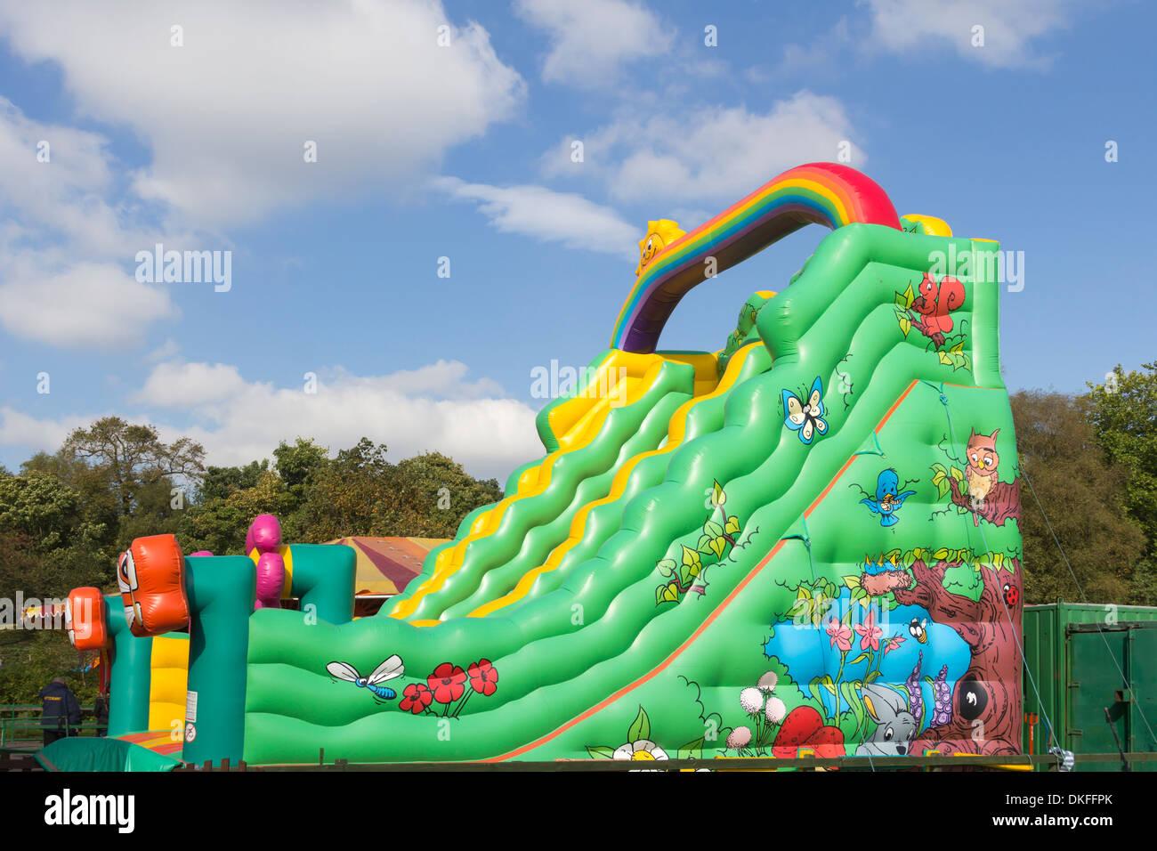 Aufblasbare Riesenrutsche Art Hüpfburg in Moos Bank Park, Bolton, Lancashire, Bestandteil der ständigen kleinen Kirmes. Stockbild