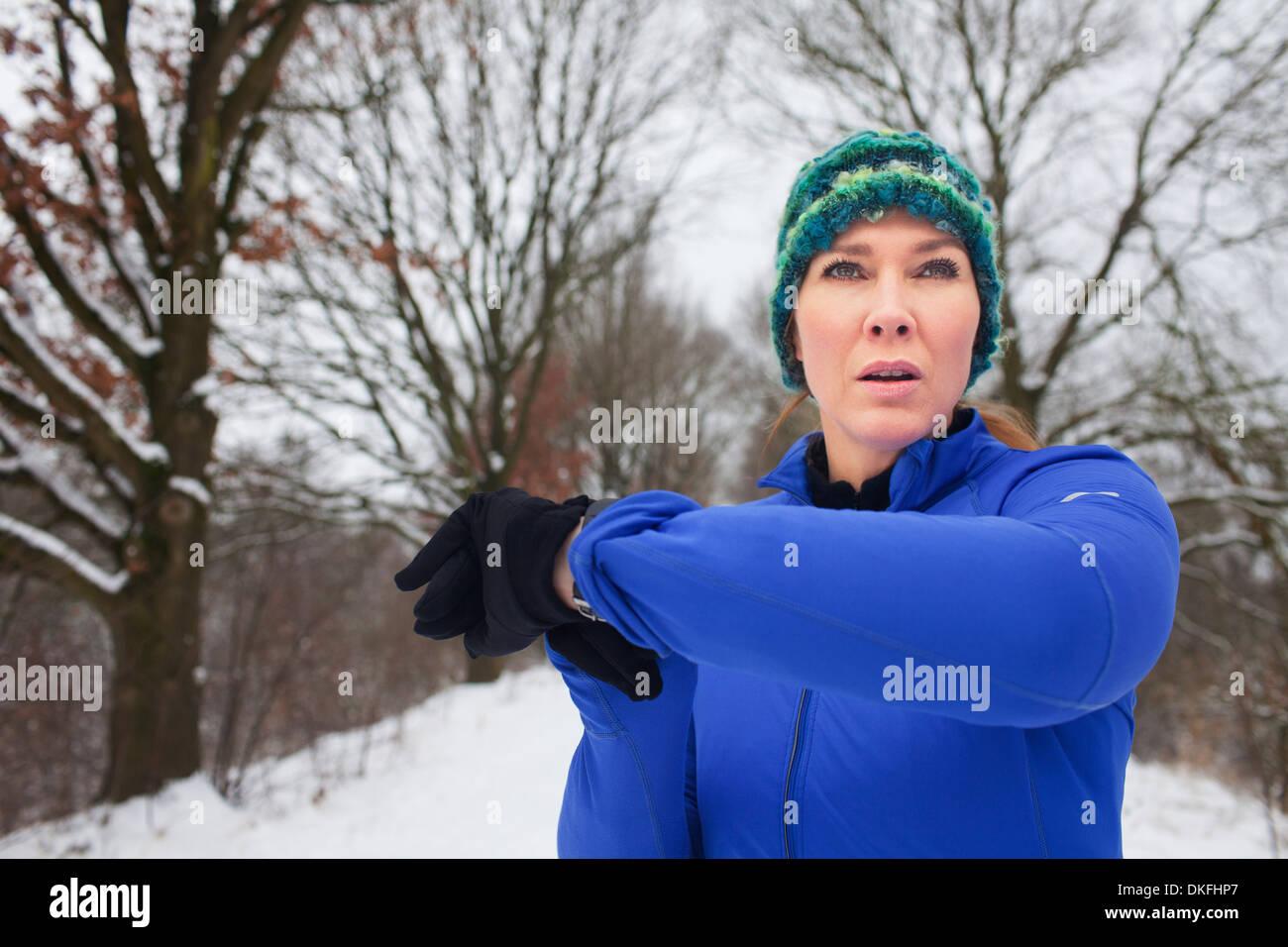 Weibchen, die sich für Erwärmung laufen im Schnee Stockfoto