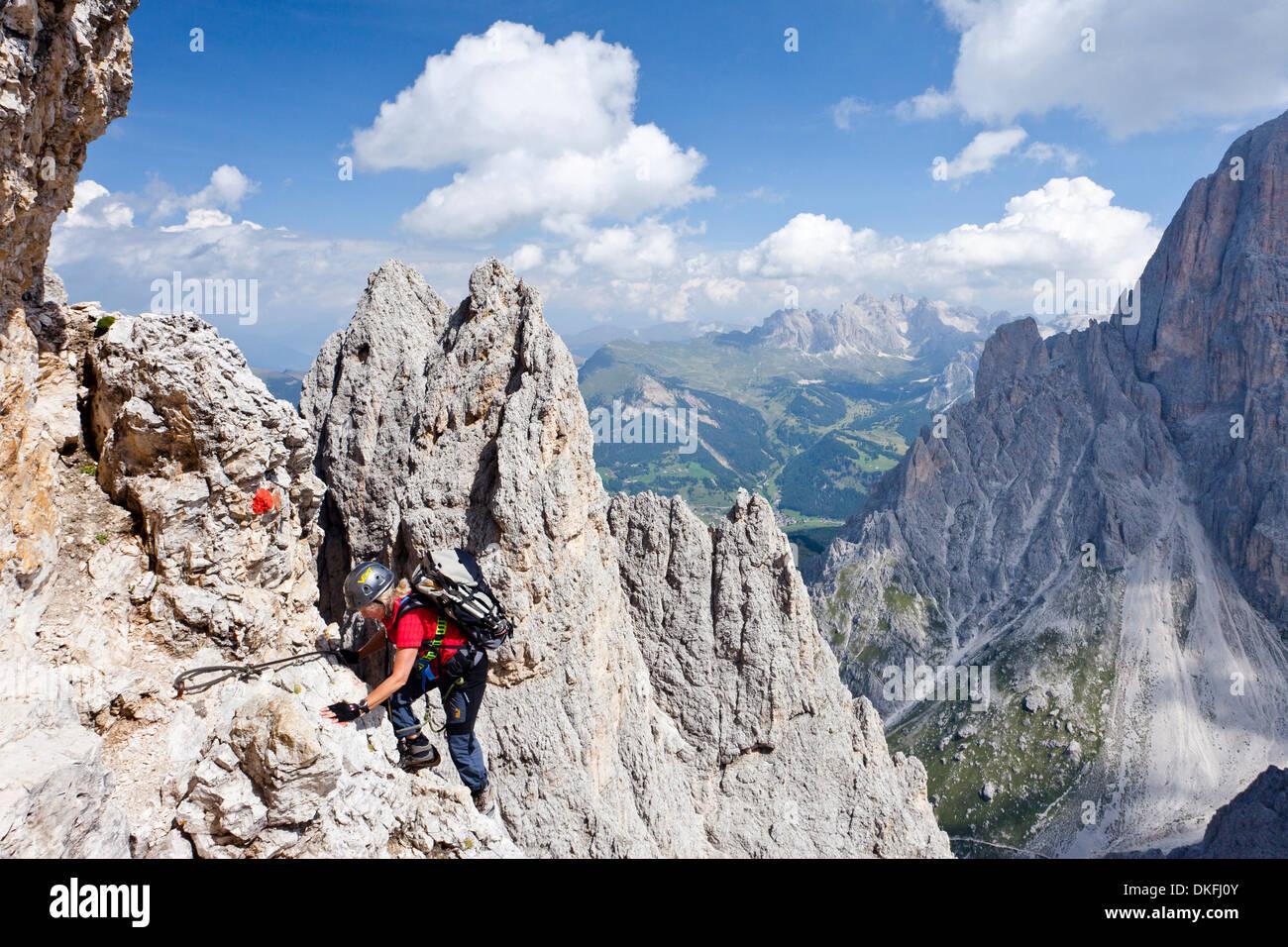 Klettersteig Plattkofel : Bergsteiger aufsteigender plattkofels berg entlang der stieg