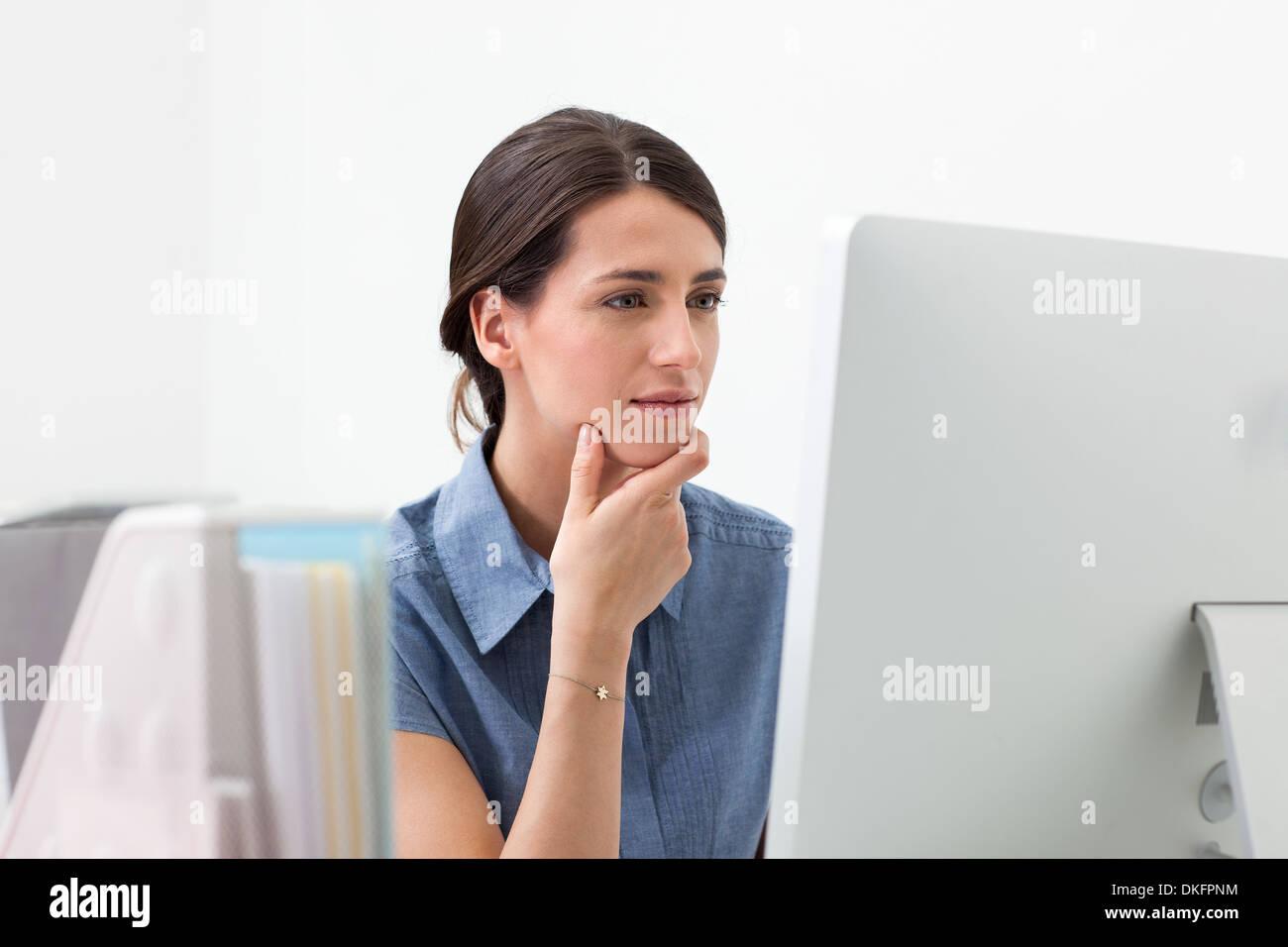 Junge Frau am Computer arbeiten Stockfoto