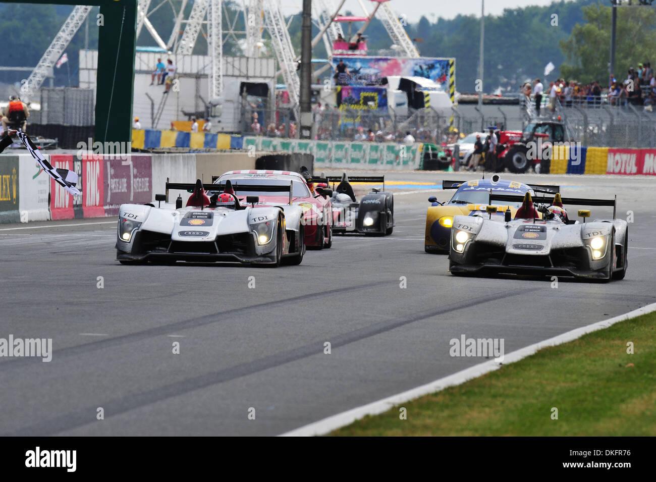 14. Juni 2009 - beenden Le Mans, Frankreich - die beiden verbleibenden Audi R15 die 24 Stunden von Le Mans, Sonntag, 14. Juni 2009, in Le Mans, Frankreich. (Kredit-Bild: © Rainier Ehrhardt/ZUMAPRESS.com) Stockbild