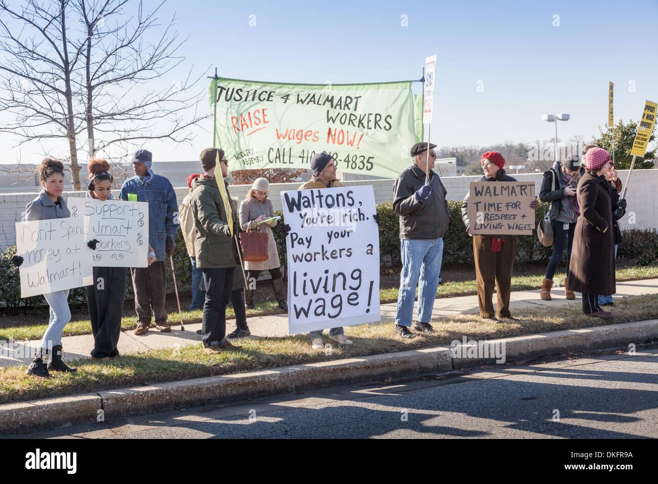 Schwarzer Freitag Anti-Walmart Protest, existenzsichernde Löhne, Towson, Maryland, Baltimore County zu unterstützen. Stockbild