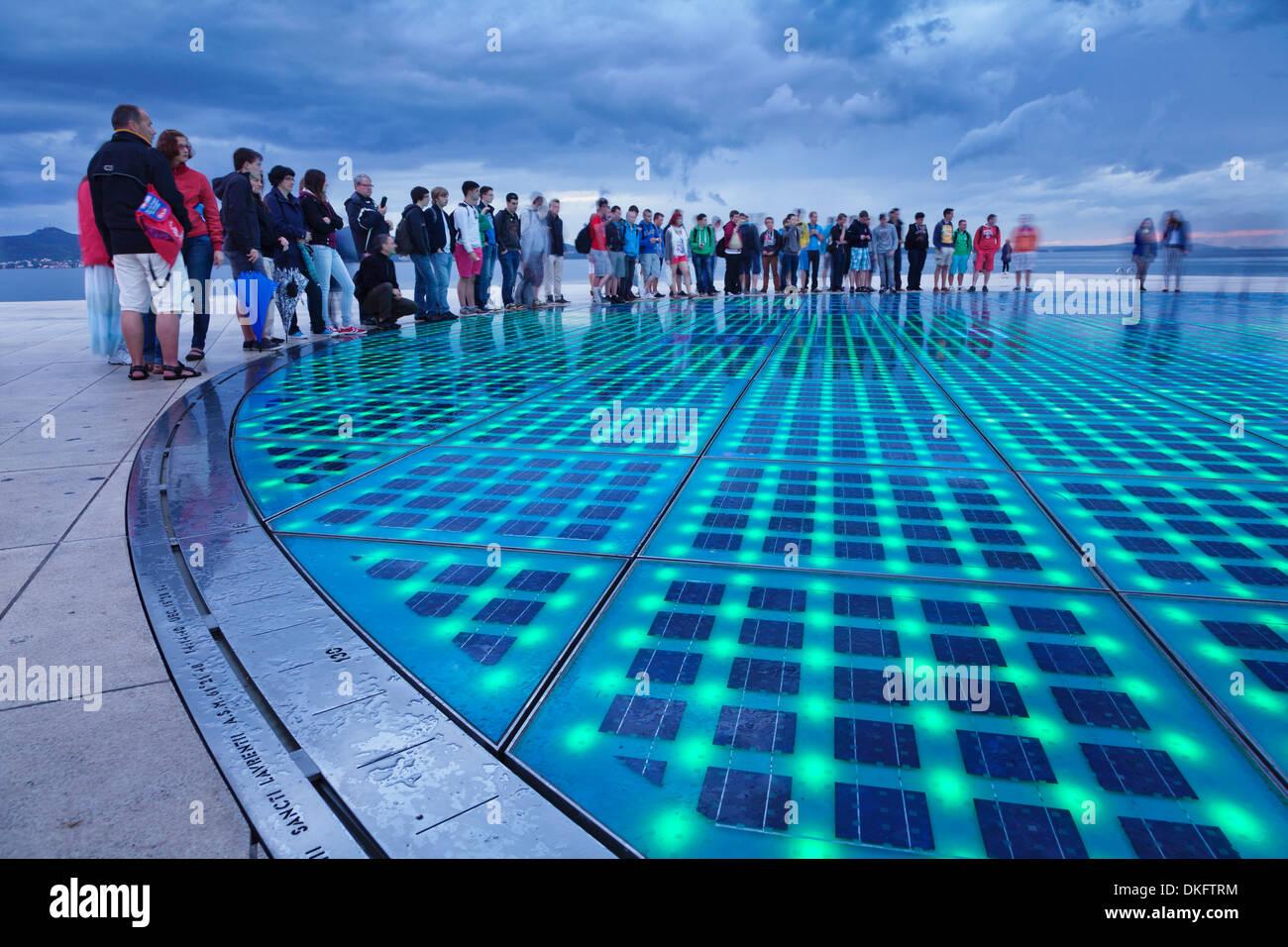 Installation Gruß an die Sonne von Nikola Basic in der Abenddämmerung, Zadar, Dalmatien, Kroatien, Europa Stockbild