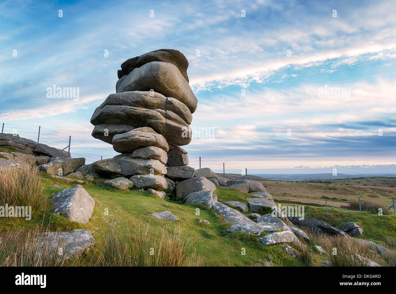Die Cheesewring einem Felsvorsprung aus verwittertem Granitplatten scheinbar unglaublich auf Bodmin Moor in der Nähe von den Schergen ausgeglichen Stockbild