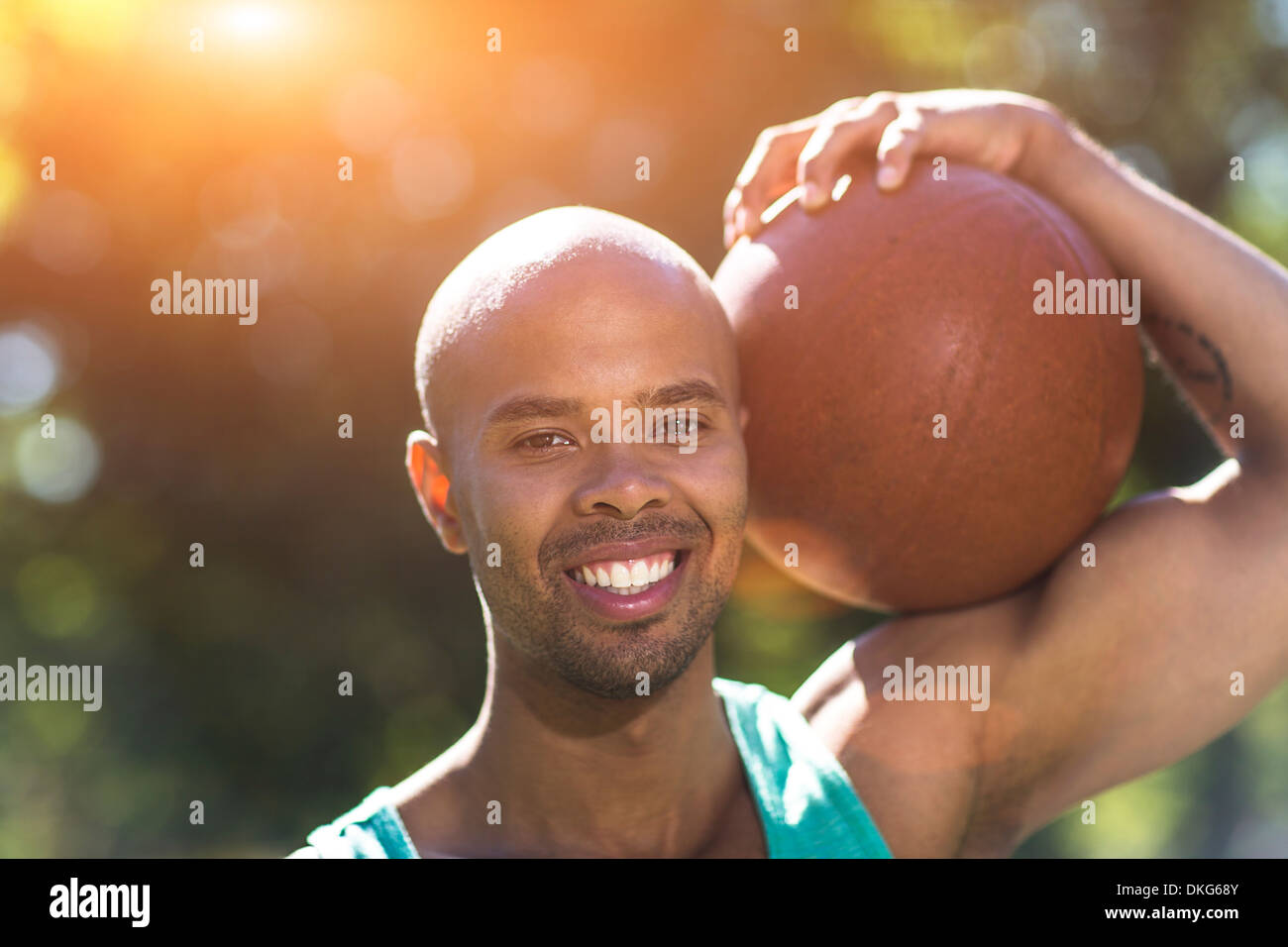 Porträt des jungen Mannes hält basketball Stockfoto