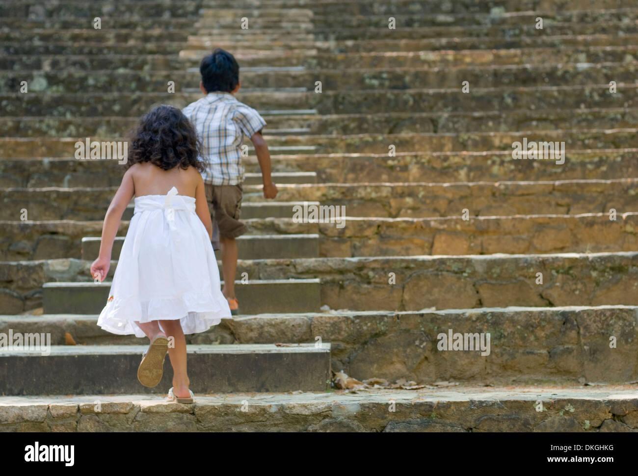 Zwei Geschwister, eine 5-jährige Herr Indianerjunge und ein 4-j hrige Herr guatemaltekischen Mädchen, historische, Stockfoto