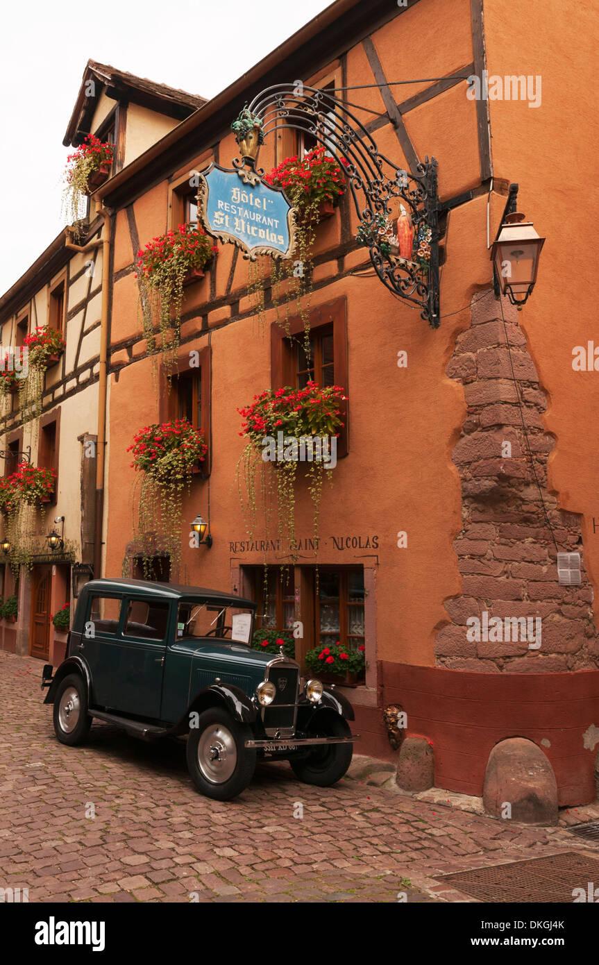 Elk213-2288v Frankreich, Elsass, Riquewihr, Hotel mit Oldtimer Stockbild
