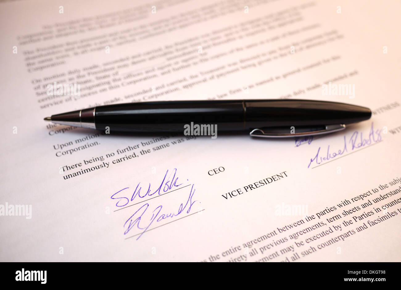 Unterschriften auf Dokument Stockbild