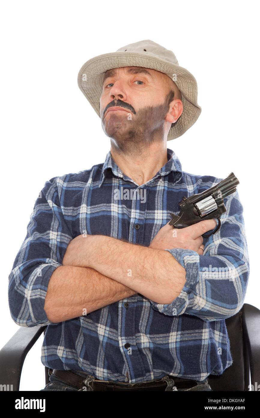 gefährlicher Mann mit Gewehr auf Stuhl sitzen Stockbild