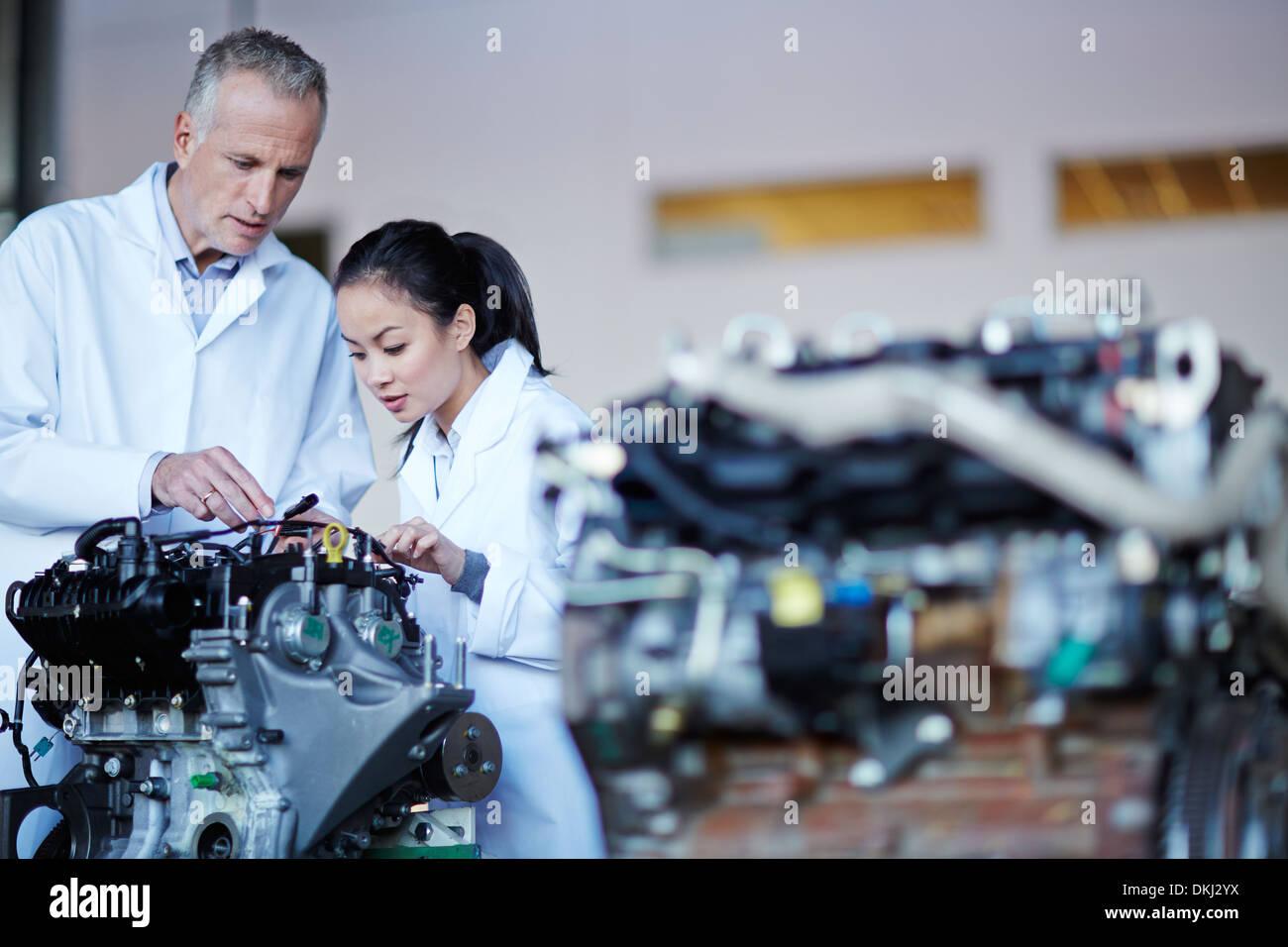 Wissenschaftler arbeiten an Maschine Stockbild