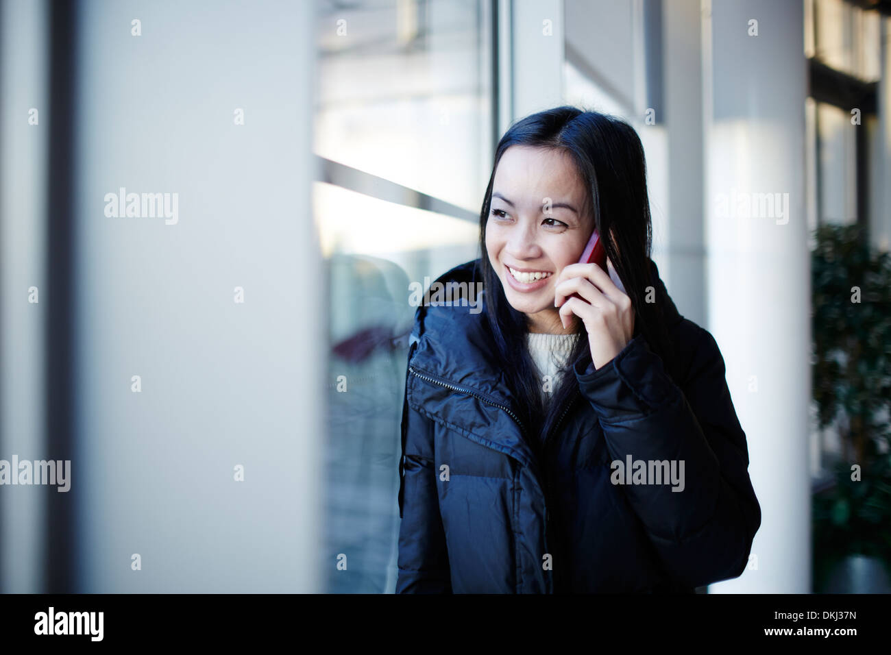Frau Gespräch am Handy Stockbild