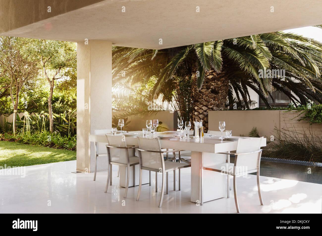 gedeckter tisch auf moderne terrasse stockfoto bild 63714671 alamy. Black Bedroom Furniture Sets. Home Design Ideas
