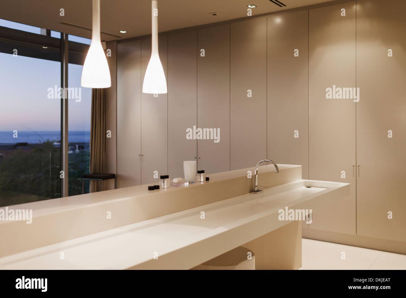 Waschbecken und Anhänger Leuchten im modernen Badezimmer Stockfoto ...