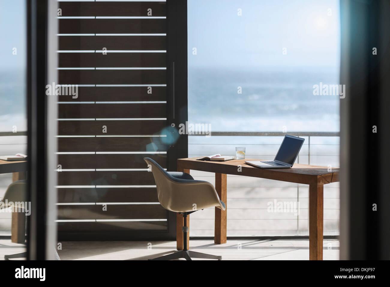 Schreibtisch und Stuhl im modernen home-Office mit Blick auf ...