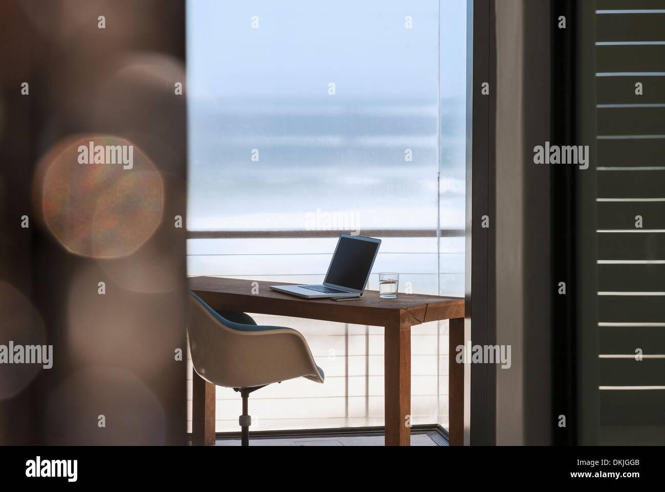 Laptop am Schreibtisch im modernen home-Office mit Blick auf ...