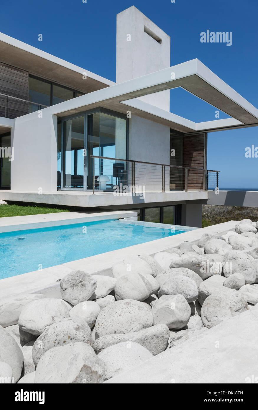 Felsen und Sportbecken außen modernes Haus Stockfoto, Bild: 63717941 ...