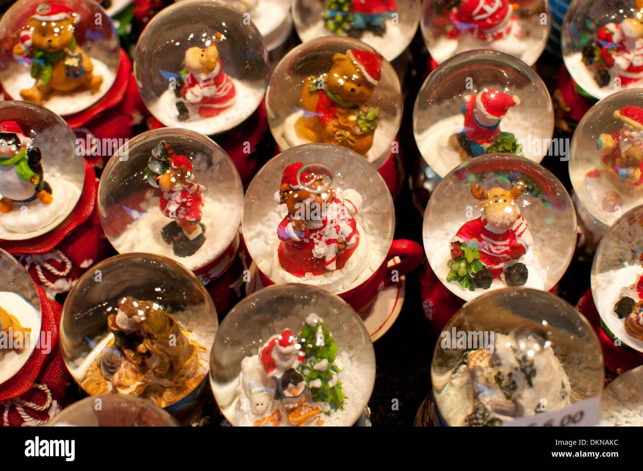 Weihnachten-Schneekugeln zum Verkauf an den Frankfurter deutschen ...
