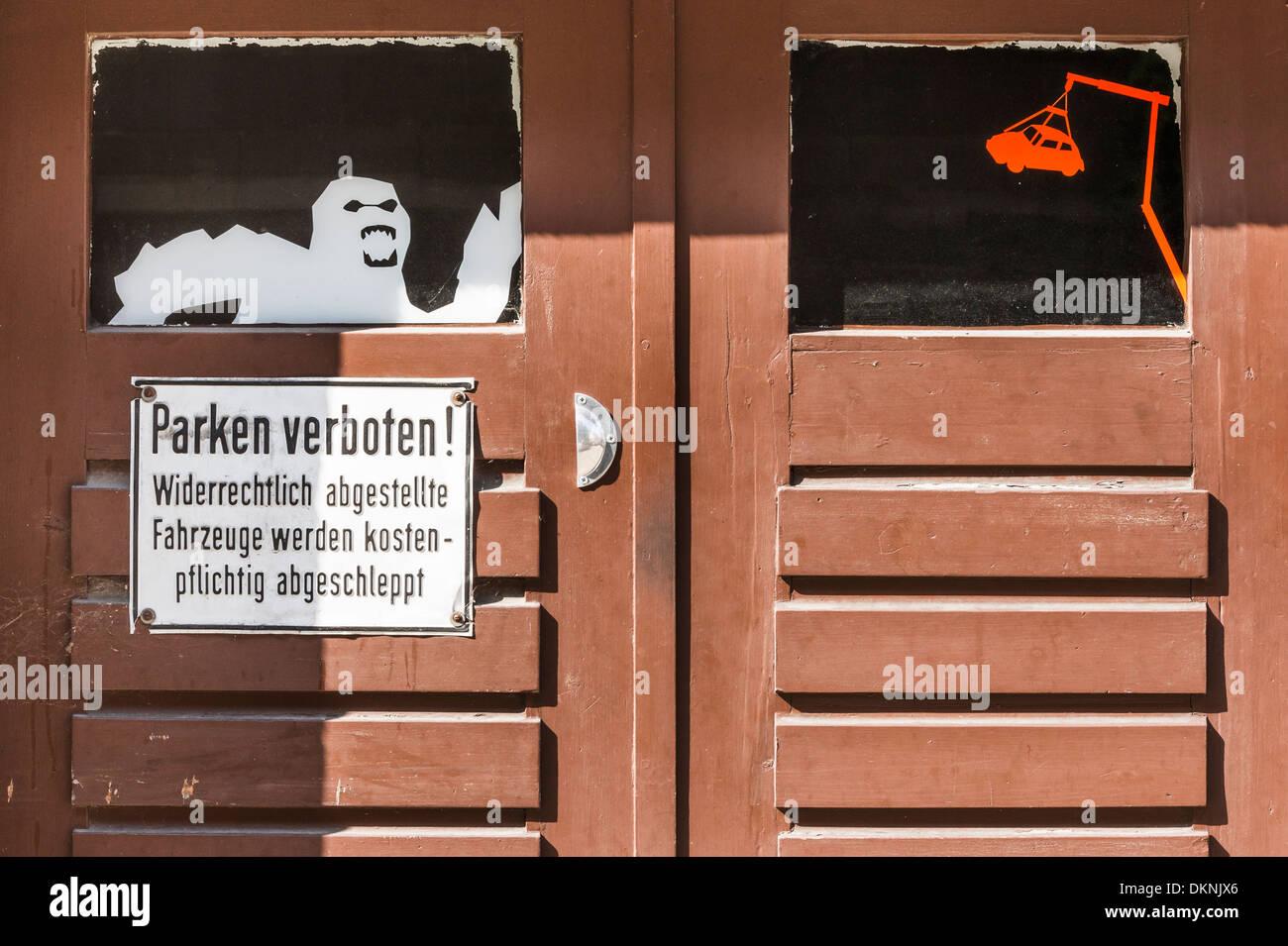 Hölzerne Garagentor Anzeigen No Parkplatz Zone Zeichen Und Das